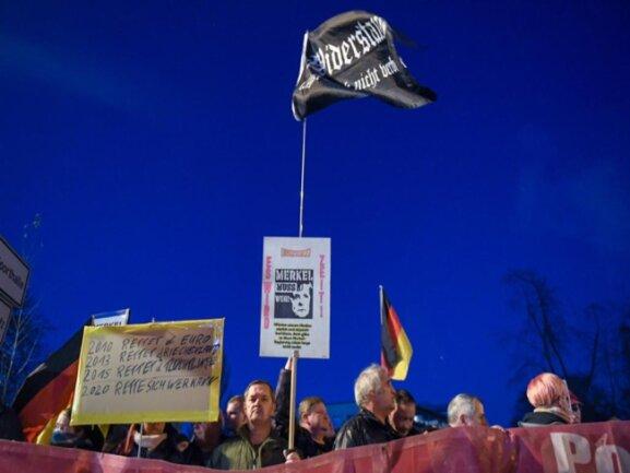 """<p>Teilnehmer der Merkel-Gegner-Demo an der Hartmannstraße: In vorderster Reihe waren führende Vertreter rechter Gruppierungen der Region wie """"Heimattreue Niederdorf"""", """"Einsiedel sagt Nein"""" und """"Heimat und Tradition Chemnitz-Erzgebirge"""", aber auch eine frühere NPD-Stadträtin aus Chemnitz. Gemessen daran fiel der Zulauf zur Demo für die Organisatoren wohl eher enttäuschend aus.</p>"""