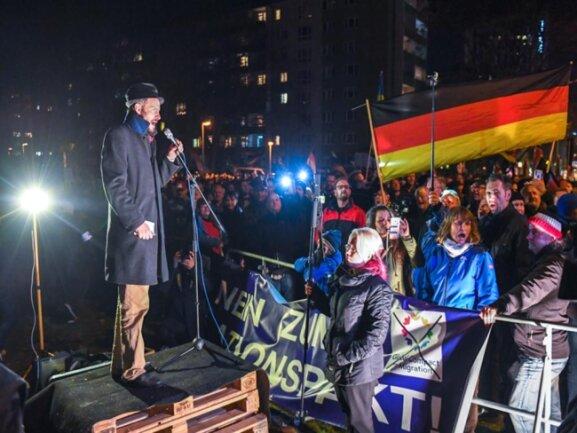 """<p>Martin Kohlmann sprach vor Teilnehmern bei der Pro Chemnitz Kundgebung auf dem Hartmannplatz. Die auf Grundlage der Polizeiinformationen beruhenden Teilnehmerzahlen der """"Freien Presse"""" seien deutlich zu niedrig, so der Chef der rechtpopulistischen Bewegung.</p>"""