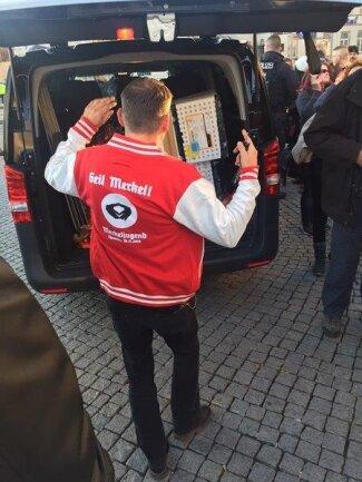 <p>Polizei konfiszierte einen Karton auffälliger roter Shirts am Hauptbahnhof. Hintergrund dürften umstrittene versammlungsrechtliche Auflagen sein, wonach die Farben Schwarz, Weiß und Rot keine dominierende Rolle im Erscheinungsbild spielen sollen.</p>