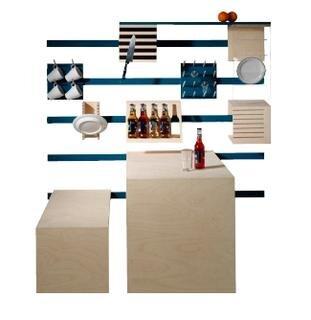 <b>Eine Küche auf Schienen von Anna Nebel:</b> Das System besteht aus einzelnen Elementen, die wahlweise eingehängt und angeordnet werden können. Tassen-, Flaschen- oder Besteckhalter stehen zur Verfügung ebenso wie eine Sitzbank. Der Esstisch wird nach einer einfachen Drehung zum Arbeitstisch. Da die Schienen in langen wie in kurzen Maßen funktionieren, ist diese Küche ideal für geringe Platzverhältnisse.