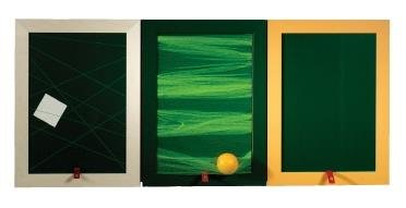 <b>Rahmenbedingungen - von Maria Maitschke:</b> Bilderrahmen ähnliche Schranktüren zieren in diesem Entwurf die Küchenfront. Die dazu passenden Einsätze sind in Farbe und Funktion äußerst vielseitig. Von der Magnetfläche, über die Tafel, bis hin zu Aufhängungen, Stecksystemen, Bilderrahmen und Schneidebrettchen kann alles untereinander ausgetauschen werden. Jeder Einsatz passt in jeden Rahmen.