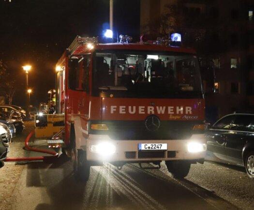 <p>Feuerwehr und Polizei rückten an und evakuierten das gesamte Gebäude. Der Brand selbst konnte zügig gelöscht werden.</p>