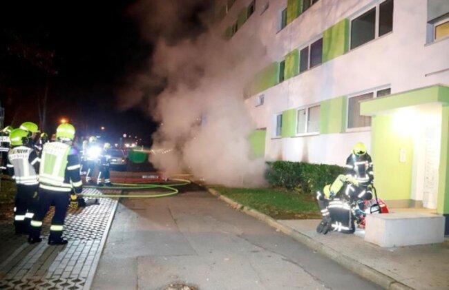 <p>Ein zehnjähriges Mädchen, welches im Haus wohnt, klagte anschließend über Atembeschwerden und wurde wegen des Verdachts einer Rauchgasvergiftung in ein Krankenhaus gebracht. Weitere Personen wurden nicht verletzt.</p>