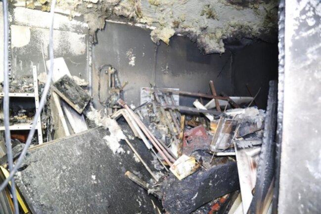 <p>Die Polizei hat Ermittlungen zur Brandursache eingeleitet und wird am Sonntag den Brandort untersuchen. Ein Ergebnis liegt noch nicht vor. Nach Aussagen von Bewohnern war es bereits der vierte Brand in dem Haus. Die Straße war während des Löscheinsatzes gesperrt.</p>