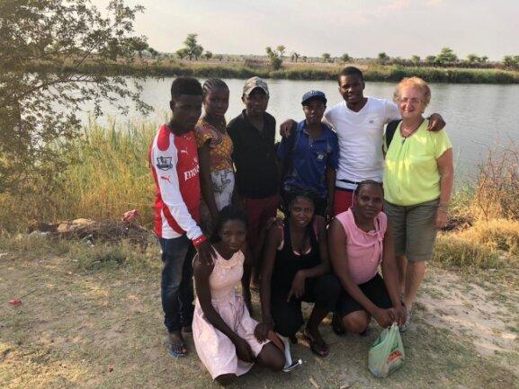 <p>Treff mit Studenten am Rundu Beach - Eric an meiner Seite, er hat sein Studium zum Bankwesen selbst finanziert. Davor kauert Rebecca, drittes Studienjahr Pädagogík, auch sie hat das Studium finanziell mit Hilfe ihrer Großfamilie geschafft.</p>