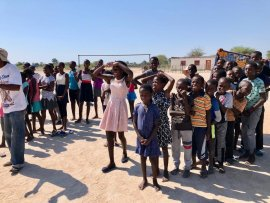 <p>Die Kinder sind trotz drückender Hitze mit viel Freude bei den Spielen dabei</p>
