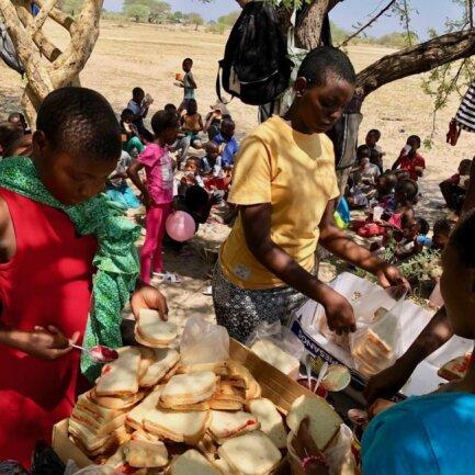 <p>40 Brote werden für die hungrigen Mäuler bereitet</p>