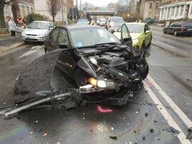 <p>Offenbar war ein BMW aus einer Grundstücksausfahrt gefahren und hatte einen Kleintransporter Renault gerammt.</p>