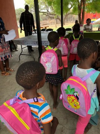 <p>Stolz präsentieren die Kinder ihre Schultaschen</p>