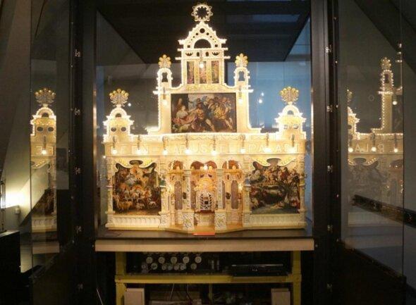 <p>Darunter befinden sich historische Adventskalender mit Märchenszenen, geschnitzte Märchenfiguren, Puzzles und Würfelspiele.</p>