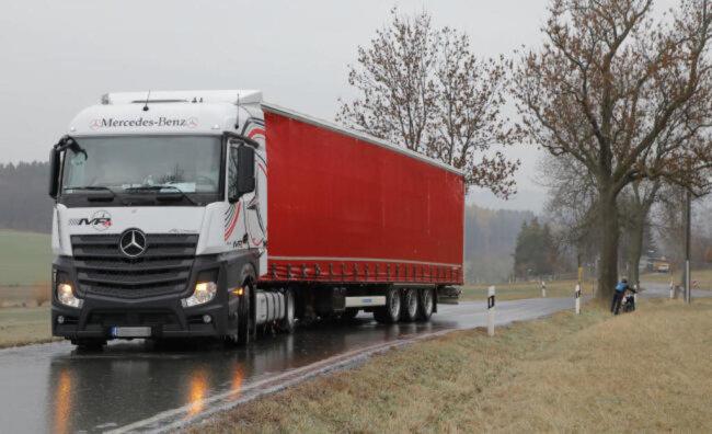 """<p><span class=""""img-info"""">Ein LKW kommt nicht weiter und blockiert die Eibenberger Straße. </span></p>"""