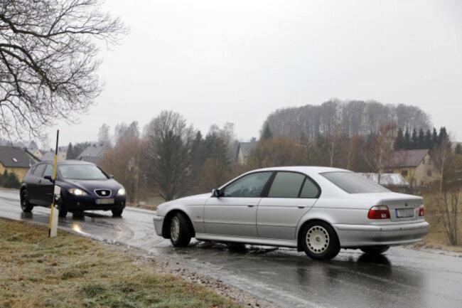 """<p><span class=""""img-info"""">In Einsiedel auf der Eibenberger Straße (K6115) geht nichts mehr. Vereinzelt können Fahrzeuge über ein Feld ausweichen.</span></p>"""