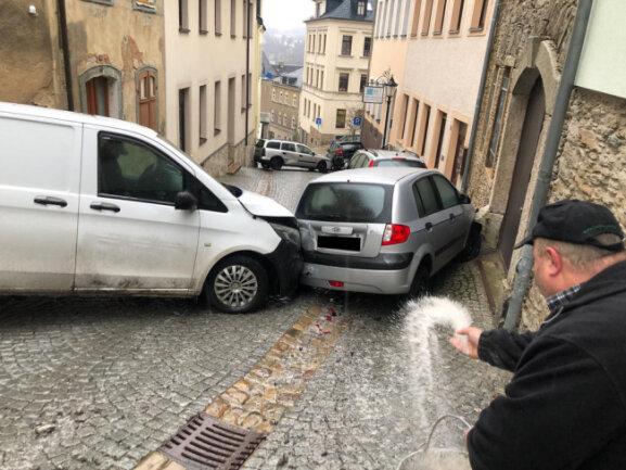 """<p><span class=""""img-info"""">In Annaberg verkeilten sich Autos auf spiegelglattem Pflaster</span>.</p>"""