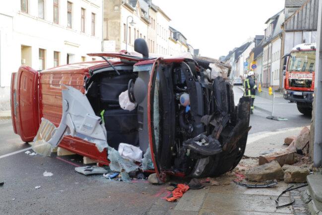 <p>Ersten Angaben zufolge soll der Fahrer eines VW-Transporter die Dresdner Straße stadtauswärts befahren und aus bisher unbekannter Ursache nach rechts von der Straße abgekommen sein.</p>