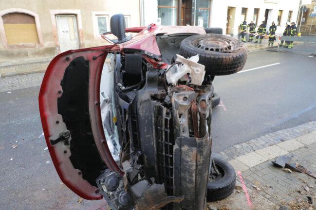<p>Das Fahrzeug kam mit zerstörter Front auf der Seite zum Liegen. Die örtliche Feuerwehr soll den Fahrer aus dem Auto befreit haben.</p>