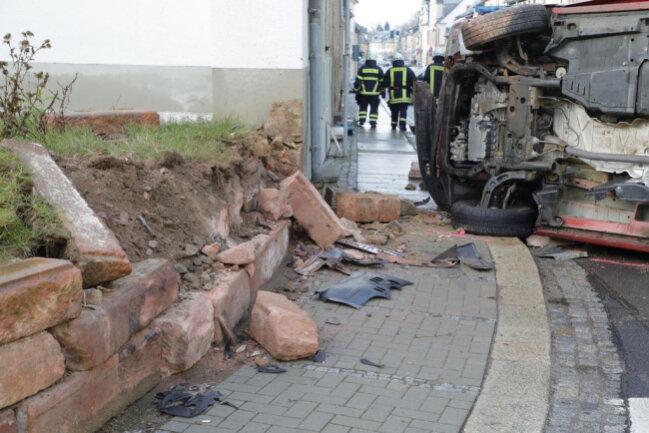 <p>Er kollidierte mit einer Mauer, die durch den Aufprall zerstört wurde.</p>