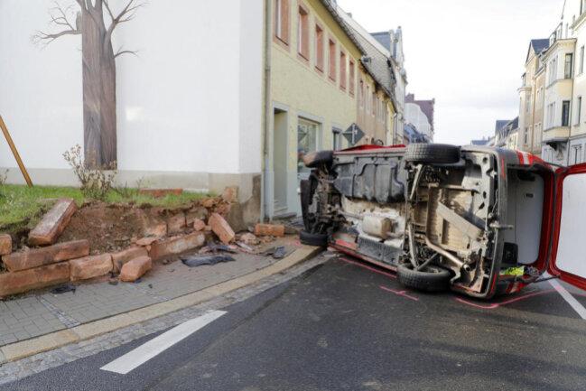 <p> Dazu musste das Dach aufgeschnitten werden. Der Fahrer soll schwer verletzt in ein Krankenhaus gebracht worden sein.</p>