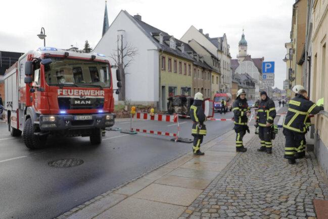 <p>Die Straße wurde zur Unfallaufnahme und zum Feuerwehreinsatz gesperrt.</p>