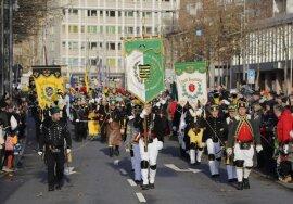 <p>Traditionell einen Tag vor dem ersten Advent zogen die Bergmannsvereine in Chemnitz zur Auftaktbergparade des Sächsischen Landesverbandes durch die Innenstadt.</p>