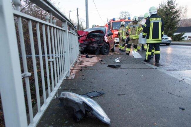 <p>Die Straße war kurzzeitig gesperrt. Sachschaden: rund 5000 Euro. Zur Unfallursache wird ermittelt.</p>