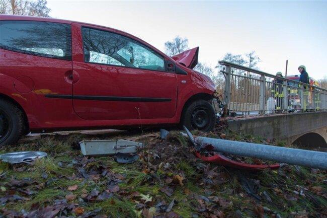 <p>Das Auto stieß erst gegen eine Straßenlampe...</p>