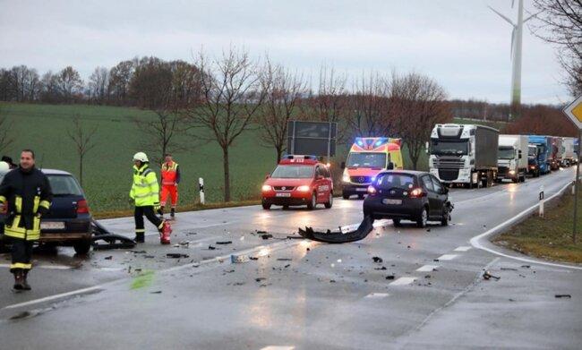 <p>Die Feuerwehrmänner haben den Schrott nach der Unfallaufnahme beräumt. Es entstand Sachschaden von 12.000 Euro.</p>  <p></p>