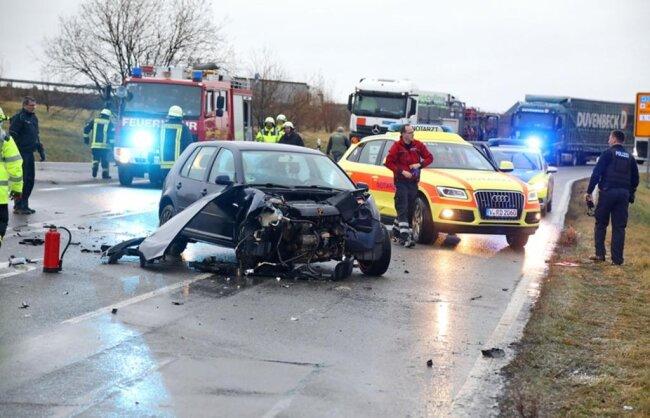 <p>Die beiden Fahrer der Autos wurden nach Angaben der Polizeileicht verletzt und mussten zur Untersuchung ins Krankenhaus.Foto: Andreas Kretschel</p>  <p></p>  <p></p>