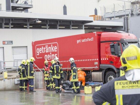 <p>Damit der Diesel umgepumpt werden konnte, wurde der Gefahrgutwagen der Ortsfeuerwehr&nbsp;Sehma, die Dekon-Einheit aus&nbsp;Neudorf&nbsp;sowie&nbsp;die Gefahrgut-Einheit der Feuerwehr Buchholz gerufen.</p>
