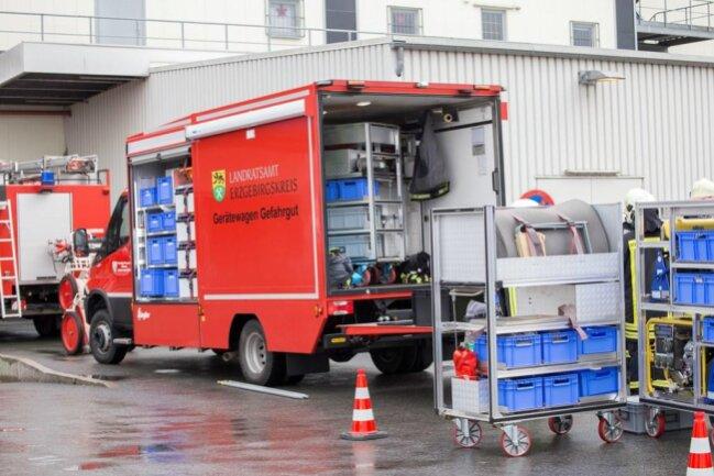 <p>Es war der erste Einsatz des 3. Gefahrgutzuges des Erzgebirgskreises. Die drei Gefahrgutzüge des Landkreises wurden in den vergangenen Monaten mit neuer Technik ausgestattet. So erhielten die Feuerwehren aus&nbsp;Oelsnitz&nbsp;bei&nbsp;Stollberg&nbsp;und Sehma einen neuen Gefahrgutwagen mit Spezialtechnik.</p>