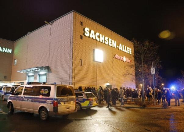 <p>Das Center musste geräumt werden und öffnete am Abend nicht mehr. Normalerweise hat der Supermarkt Kaufland bis 22 Uhr geöffnet.</p>