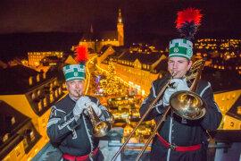 <p>Matthias Franke (links) und Tobias Kuhn vom Musikkorps der Bergstadt Schneeberg beim Turmblasen vom Rathausturm.</p>