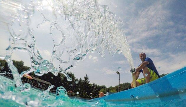 <p><strong>2. August:</strong>Sonne satt. Andrang in den Freibädern. Doch der Supersommer hat auch Schattenseiten. In einigen Freibädern wird das Wasser knapp, so im Erdmannsdorfer. Der Tankwagen des Wasserzweckverbandes ZWA sorgt für Nachschub. Dessen Mitarbeiter Thomas Hähnel füllt das Badebecken mit frischem Nass – zweimal 7000 Liter fließen. Auch Blaualgen breiten sich in Gewässern aus, so in der Talsperre Kriebstein, im Großhartmannsdorfer und im Erzengler Teich.</p>