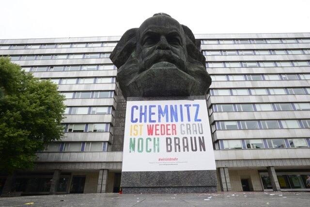 """<p><strong>1. September:</strong>&nbsp;Unternehmer der Stadt schlossen sich nach den Ausschreitungen zusammen, wollten einen Kontrapunkt setzen. Mit dem deutschlandweit in Anzeigenkampagnen geschalteten Slogan """"Chemnitz ist weder grau noch braun"""" reagierten sie auf eine Initiative des Industrievereins Sachsen 1828 und des Vereins Kreatives Chemnitz, dem Vertreter der Kultur- und Kreativwirtschaft angehören. Mehr als 40 Firmen sagten innerhalb von zwei Tagen finanzielle Unterstützung zu. Spontan kamen 50.000 Euro zusammen, nicht nur für Imagebildung, 20.000 Euro flossen an die Familie des Getöteten.</p>"""