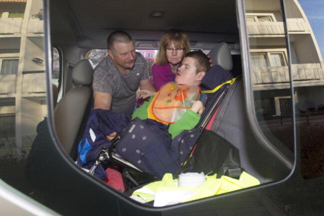 """<p>Alexanders Eltern Rainer und Kerstin hoffen, dass über die Spenden-Aktion """"Leser helfen"""" genügend Geld zusammenkommt, damit sie das Familienauto für ihren heute 17-jährigen Sohn umbauen lassen können.</p>"""