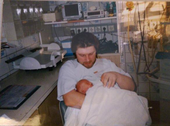 <p>Vater Rainer konnte seinen Jüngsten im Krankenhaus nur ganz behutsam im Arm halten.</p>