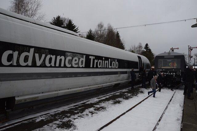<p>Bei dem ICE handelt es sich um einen Versuchszug der Deutschen Bahn, in dem am Donnerstag neben Bahn- und Stadtvertretern Projektpartner aus Industrie und Wissenschaft mitfahren.</p>