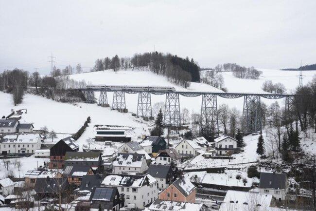 <p>Der ICE passiert hier das Markersbacher Viadukt.</p>
