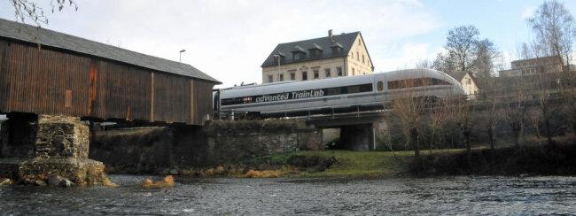 <p>Der ICE passierte hier die Alte Holzbrücke in Hennersdorf in Mittelsachsen.</p>