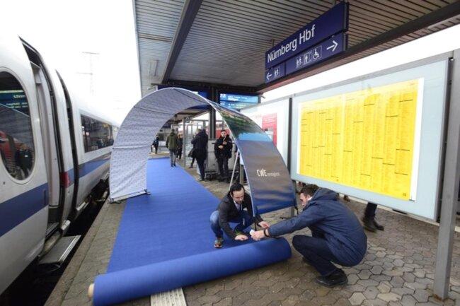 <p>Am Hauptbahnhof Nürnberg wird ein blauer Teppich ausgerollt...</p>