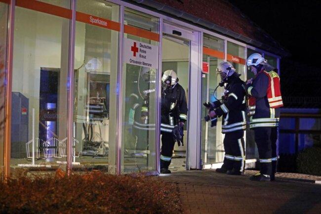 <p>Verletzt wurde laut Polizei niemand. Jedoch entstand erheblicher Schaden: Neben dem Automaten wurde der Vorraum in Mitleidenschaft gezogen.</p>