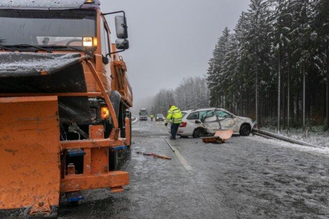 <p>Der Fahrer eines Skoda war in einer Linkskurve auf die Gegenfahrbahn geraten und frontal mit einem Winterdienstfahrzeug zusammengestoßen.</p>