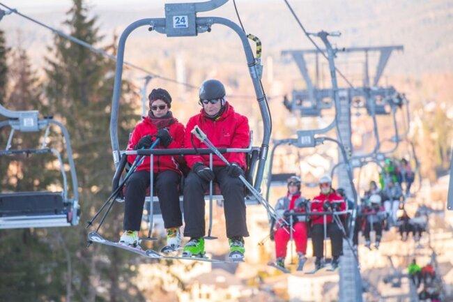 <p>Die Skiarena Eibenstock hat donnerstags von 9 bis 20 Uhr, freitags und samstags von 9 bis 21 Uhr und sonntags von 9 bis 17 Uhr geöffnet.</p>
