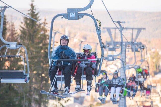<p>Den 778 Meter hohen Adlerfelsen hinauf geht es bequem mit der Zweier-Sesselbahn, dem 400 Meter langen Doppelschlepplift oder – bei Kindern beliebt – dem Zauberteppich.</p>