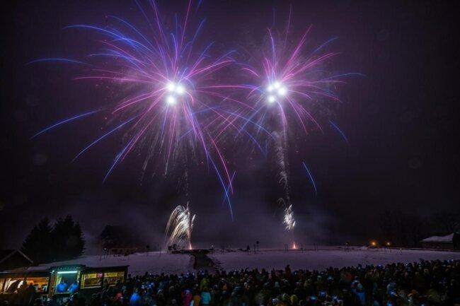 <p>Die höchsten Effekte, die etwa 250 Meter hoch in den Nachthimmel geschossen wurden, waren wegen des Nebels nur als Leuchten erkennbar.</p>