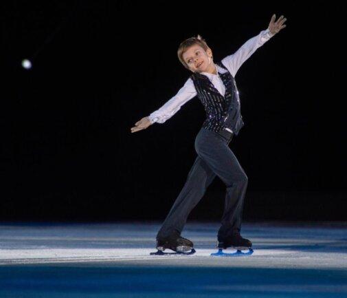 <p>Für Jubel sorgte der neunjährige Russe Arseni Fedotov, der zahlreiche Dreifachsprünge zeigte, bereits mit starker Ausstrahlung glänzte.</p>