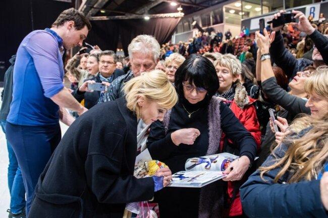 <p>Am Rande der Eisfläche in der ausverkauften Messehalle gaben Aljona Savchenko und Bruno Massot Autogramme.</p>
