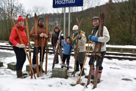 <p>Die Holz-<br /> hauer, Freiberger , Dippoldiswalder, aber auch Berliner Hartgesottenen verblüfften die Passanten am Startpunkt Bahnhof nicht nur mit ihrer technischen Ausrüstung. Die Langlaufbretter samt Bindung und Skistöcken waren wohl schon zu Beginn der Wetteraufzeichnungen im Einsatz.</p>