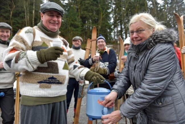 """<p>Alle Jahre wieder sind Sabine und Willi Splitt für das Heißgetränk der Teilnehmer verantwortlich: Glühwein á la Skiwanderer.""""Bis zu 14 Liter Glühwein, in Eigenmarke kreiert, stellen wir alle Jahre wieder bereit"""", verriet die Marketenderin.</p>"""