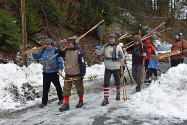 <p>Auf zur historischen Skiwanderung in Holzhau. Am Startpunkt wurde zunächst gewandert</p>