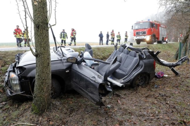 <p>Laut Polizei hat sich gegen 12.15 Uhr ein Kia zwischen Cossen und dem Abzweig nach Göritzhain überschlagen.</p>
